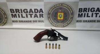 BM prende dupla por porte ilegal de arma de fogo no bairro Cidade Nova