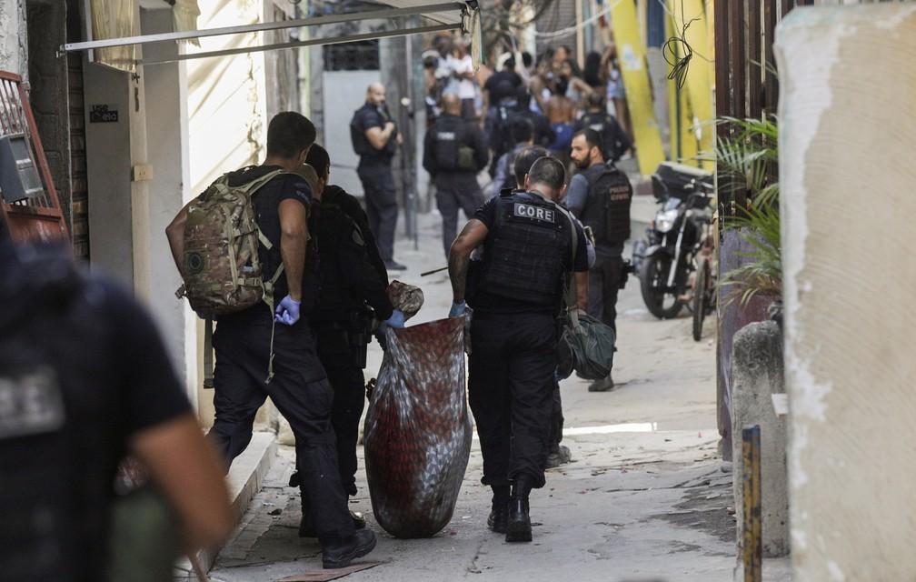 Munição antiaérea e mais de 20 armas foram apreendidas em Jacarezinho (RJ)