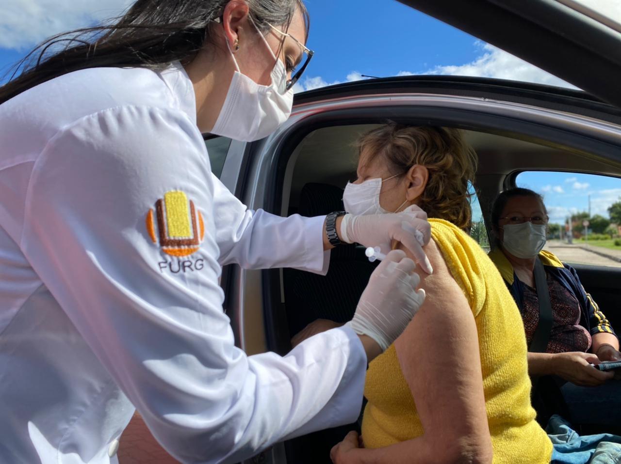 Governo do RS avalia possibilidade de priorizar vacinação de trabalhadores na educação