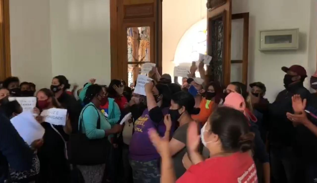 Moradores do Empreendimento Junção fazem protesto em frente à Prefeitura do Rio Grande após luz ser cortada