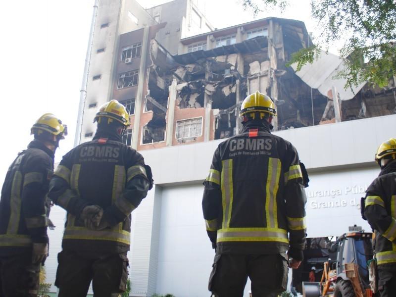 Bombeiros seguem desaparecidos após incêndio na SSP em Porto Alegre