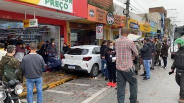 Carro invade calçada e atropela pedestres na rua 24 de Maio