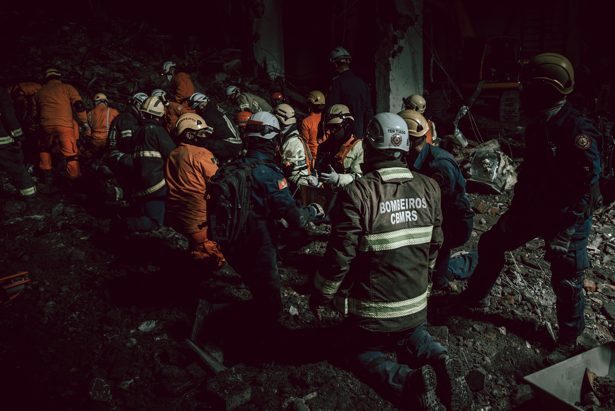 Bombeiros mortos em incêndio na SSP são velados em Porto Alegre
