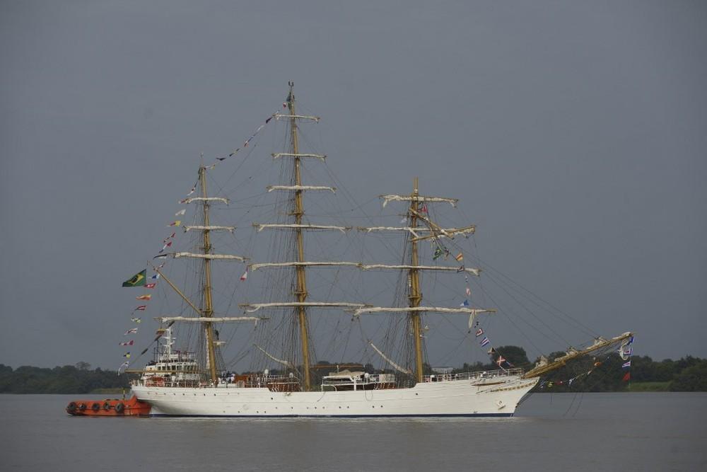"""""""Cisne Branco"""", embarcação da Marinha, bate em ponte no Equador; confira os vídeos"""